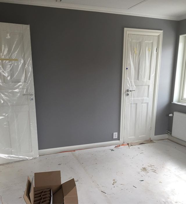 Vårt sovrum målat andra och sista gången med Alcro pearl grey. Gillar det grå mot det vita  #byggahus #bygganytt #bygganytt2016 #färg #sovrum #väggfärg #alcro #pearlgrey