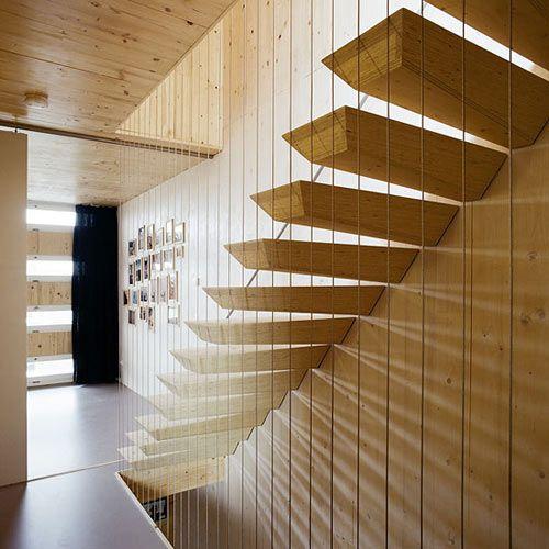 escalier en bois suspendu chez Faro