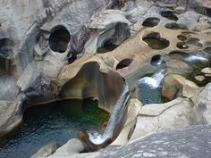 cañón del Xallas, en el municipio de Dumbría (La Coruña) es uno de los mejores lugares de Galicia para la práctica del barranquismo, pero es perfectamente recorrible a pie por un excursionista casi en toda su longitud. http://rutasgalicia.blogspot.com.es/2009_08_01_archive.html