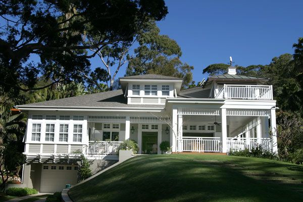 An Andrew Barnyak house in Palm Beach, Sydney. The white decorative fretwork is stunning. Very Hamptons meets Sydney!