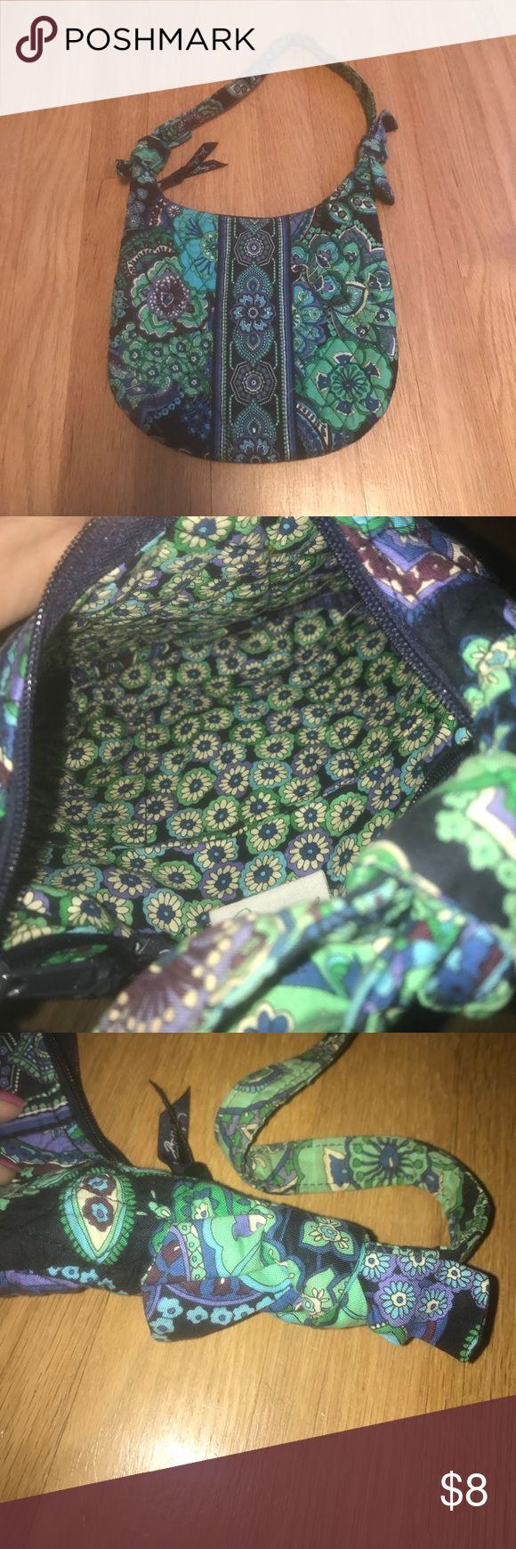 PETITE 🎀 BAG Vera Bradley  petite purse great for a younger girl or a woman who carries small bags. In great condition Vera Bradley Bags