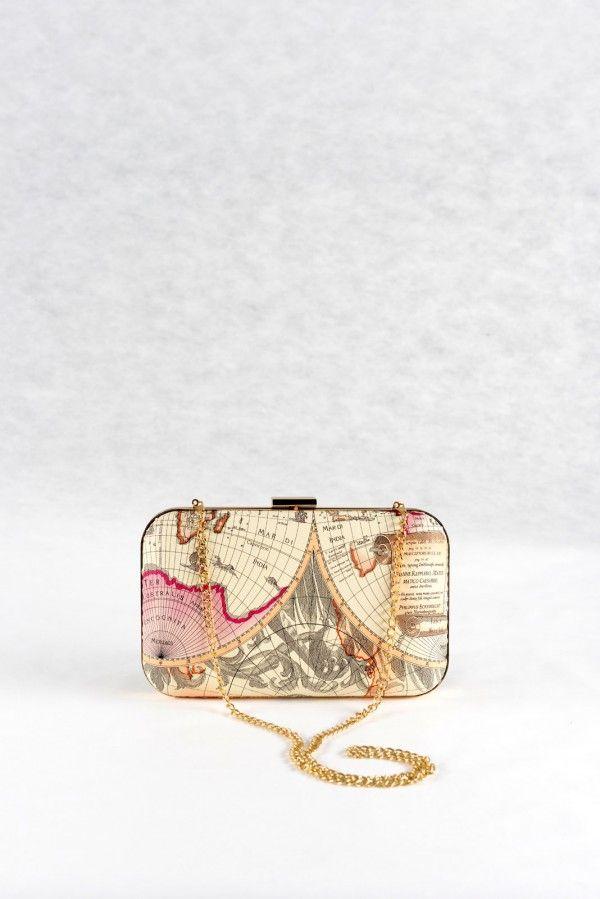 Τσάντα φάκελος εκρού- ροζ, δερμάτινη υφή.  Μοντέρνο σχέδιο χάρτης, με αλυσίδα για τον ώμο.  Εσωτερικά μπεζ φόδρα, 2 μεγάλοι χώροι και 2 μικρότερες  θήκες (1 με φερμουάρ). Επιπλέον 6 θήκες για πιστωτικές κάρτες.