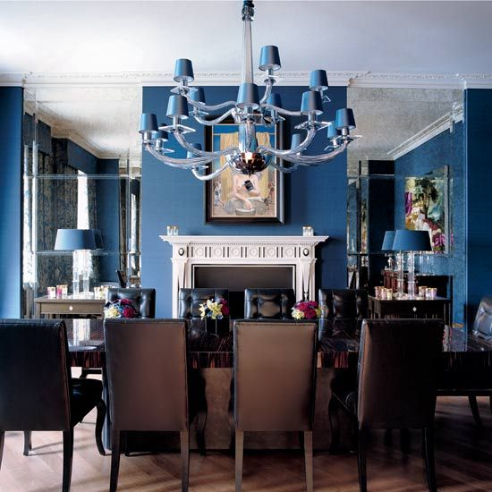 blaue Wand und dunkle Möbel