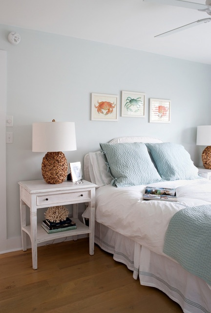 Pretty seaside-y bedroom! I like that it's pretty simple overall in achieving the look.