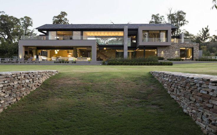 Hohe Decken, große Fensterfronten und ein luxuriöser Pool im…