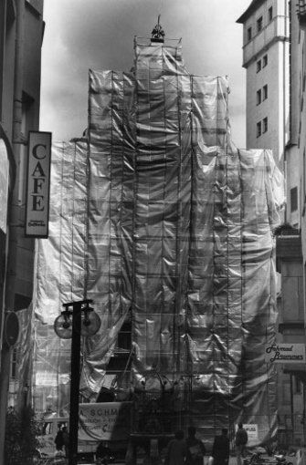 Bei einem Brand in der Geißstraße kommen 1994 sieben Menschen ums Leben - auch, weil die Feuerwehr wegen zugeparkter Brandschutzzonen nicht rechtzeitig am Unglücksort sein konnte. Ein Brandanschlag auf das hauptsächlich von Flüchtlingen bewohnte Haus gilt als Ursache. Im Zeichen interkultureller Verständigung ist seit dem Jahr 1996 eine Stiftung in der Hausnummer 7 eingerichtet. Foto: Michael Steinert