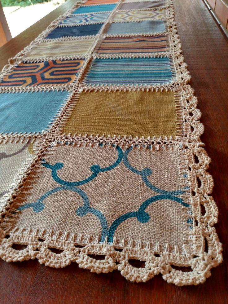 Caminho de Mesa 18P - Geométrico colorido <br>Caminho de Mesa em patchwork e crochet, produzida a partir de mostruários de tecidos para estofamento. Cada pedaço de tecido é unido também manualmente com crochet. Peça única, exclusiva da Flor de Nana.