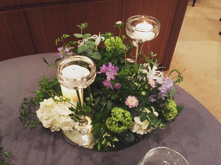 こちらキャンドルに高さがあるバージョン これは下がアレンジメントみたいになってて、そのままゲストが持って帰れるみたいです✨  個人的に先ほどの小瓶に入ってるバージョンが好きだったので、小瓶バージョンを多めにしてもらいました✨ #打ち合わせ#装花#会場装花#テーブル装花#テーブルコーディネート#パレスホテル#MUKU#お花#ユーカリ#アジサイ#キャンドル#結婚式装花#結婚式#プレ花嫁#2016秋婚