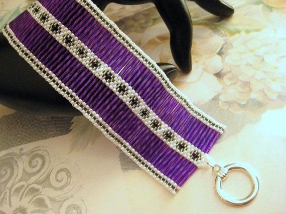 Un bracelet en peyote féminin, facilement !  Fait de perles de bugle torsadée japonais en fuchsia violet, japonais rocailles en gris ligné argent, blanc et noir. Ce bracelet fait main est très confortable à porter, léger et certainement un eye-catcher.  Cest environ 7.1/4 po (18cm) long quand aux fermoirs et 1,5/8 po (4cm) de large.  Découvrez mes autres bracelets de perles dans beaucoup de différentes couleurs, de styles et de conceptions…