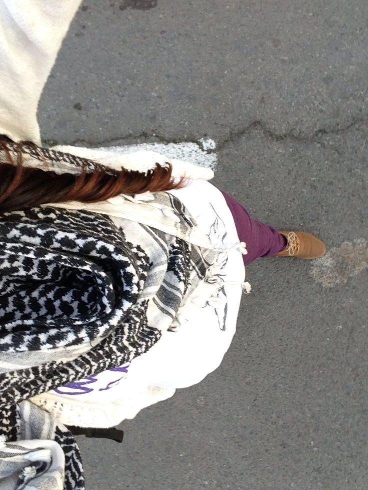 Pantalon morado Polera blanca larga