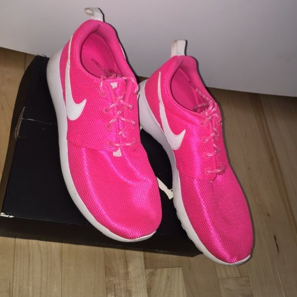Nike roshe runs Good running shoes .. Great for everything really. MAKE AN OFFER CUT THE PRICE Nike Shoes