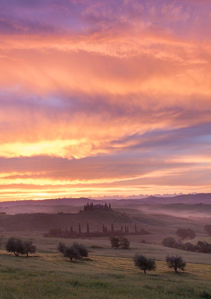 """Beautiful Tuscan  #Toscane #Tuscan #Italie #Italy #Lumière #Light #Paradis #Paradise #Nature #Collines #Hills #Soleil #Sun #Couleurs #Colors #Voyage #Travel #Photo #Photography #Voyagephoto #photographesdumonde Venez visiter notre site internet et télécharger notre #roadbook : www.photographesd... """"Faire de la photo un voyage"""" © Vincent Frances"""