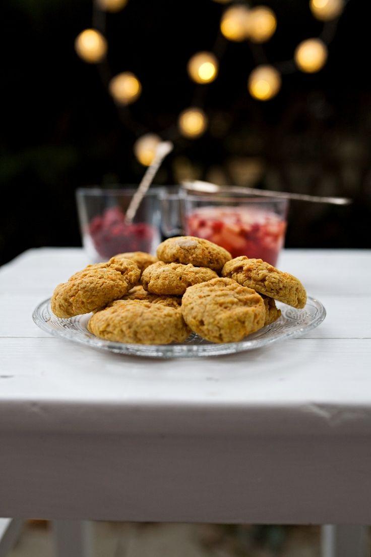 Mrkev se k cukroví a sladkému pečení celkově hodí, i když se to někomu může zdát na první pohled zvláštní. Tyto mrkvové sušenky slavily úspěch hlavně u Violky, takže za nás jsou jednoznačně otestovány a na svátky ještě jednu várku přichystám.