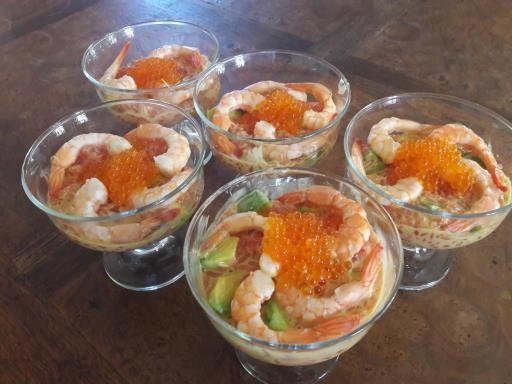 Verrines crevettes, avocat, pamplemousse rose : Recette de Verrines crevettes, avocat, pamplemousse rose - Marmiton