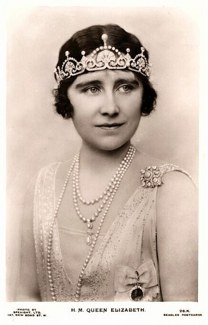 I love this pic of Elizabeth, Queen Mum. She's wearing the Papyrus tiara.