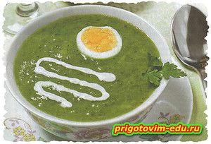 Суп-пюре из горошка и шпината с яйцом
