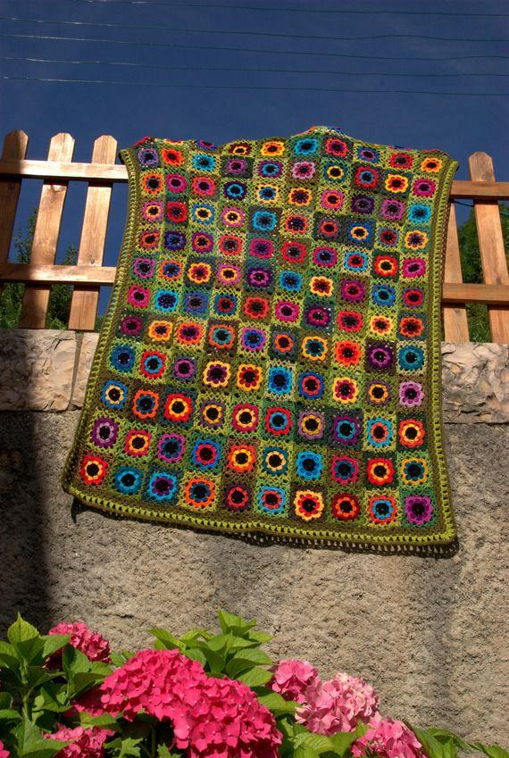 Millecolori grande couverture multicolore au crochet carr s granny fond ve - Tapis carres multicolores ...