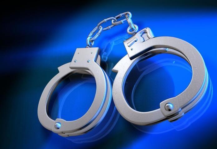 Полиция Флориды совершает рейд на бар, в котором играли в покер.  По сообщению Sun-Sentinel, на прошедшей неделе, в среду, блюстители закона в бронежилетах совершили рейд на сигарный бар в Уэстоне штата Флорида, где проходила игра в покер.