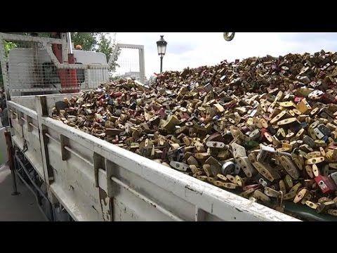 """Paris: les """"cadenas d'amour"""" retirés du pont des Arts - YouTube"""