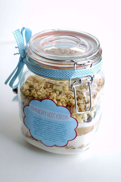 Cookies in a jar make wonderful DIY wedding favors and personalized gifts! Check out this tutorial for cranberry hootycreeks cookies in a jar with free printable labels.