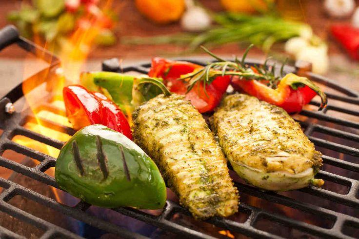 Filet z kurczaka na grillowanych łódeczkach z kolorowych papryk. #kurczak #papryka #parmezan #tymianek #bazylia #smacznastrona #grill #grillowanie #tesco #przepisy #przepis