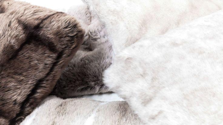 Fuskpälskuddar. Päls, kudde, fuskpäls, sovrum, säng, inredning, möbler, detaljer, vit, brun. http://sweef.se/pladar-kuddar/160-kudde-i-fuskpals-45x45.html