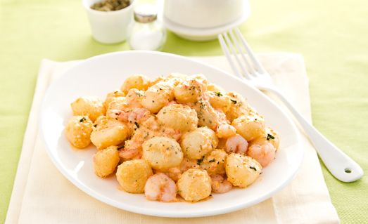 Tritate finemente lo scalogno e soffriggetelo il una padella antiaderente con 3 cucchiai olio extravergine d'oliva. Unite la polpa di granchio e i gamberetti e rosolate a fuoco vivo per qualche minuto. Sfumate con il vino bianco e lasciate asciugare. Togliete dal fuoco ed aggiungete 3 cucchiai di salsa Rosa Calvé, il trito di prezzemolo e aggiustate di sale e pepe. Lessate gli gnocchi in abbondante acqua salata, scolateli appena salgono in superficie e conditeli con la salsa di granchio…