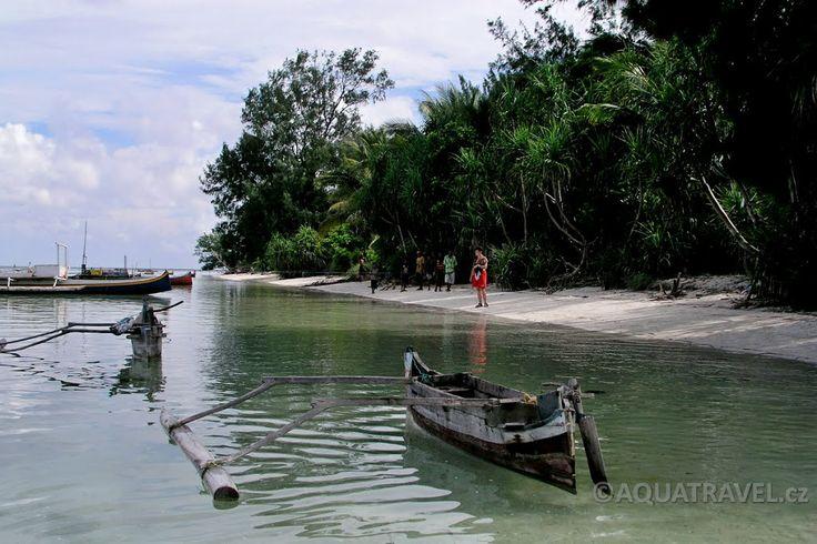 Ostrov Selayar pod Sulawesi, pláž s místními lodičkami na nejjižnějším výběžku ostrova.