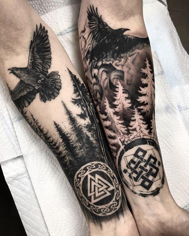 Huginn und Muninn Raben aus der nordischen Mythologie rechter Arm schon
