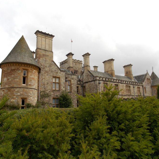 """Obydlený """"dům"""" v zahradách Abbey"""
