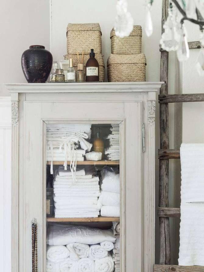 """Badrummet är inte helt byggnadsvårdsmässigt korrekt, men så långt det har varit möjligt har Carina valt material som är anpassat för gamla. Det gamla pärlsponttaket är renoverat. Väggarna har fått pärlspont och grålumppapp struket med linoljefärg. Badrumsrenoveringen har fått ta tid. För att slippa ta lån har materialet köpts in pö om pö. """"Det finns både för- och nackdelar med att låta en badrumsrenovering ta fem år. Men jag tycker helt klart att fördelarna överväger."""