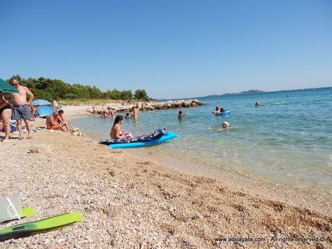 Biograd ist eine Stadt die sich auf einer kleinen Halbinsel und dem Festland in Norddalmatien befindet.  Sie wird zum ersten Mal im 10. Jahrhundert als die kroatische Stadt erwähnt.  Früher die Krönungsstadt der kroatischen Könige, ist heute ein starkes und modernes touristisches Zentrum und Sitz der gleichnamigen Riviera.