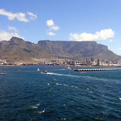 Какой большой город лежит в тени Столовой горы? Кейптаун! Центральная часть Кейптауна называется Чаша. Он окружен скалами Столовой горы высотой 1000м, а также дополняющими ее склонами гор, известных как Гора Дьявола и Голова Льва. Это необычное расположение создает необычный микроклимат в городе.