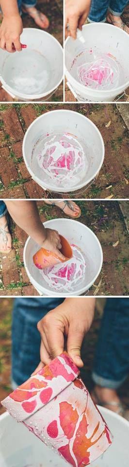 Een bloempot versieren.. Vul een emmer met (koud) water, doe er wat nagellak in. En rol voorzichtig de pot in het water. Ziehier het resultaat.
