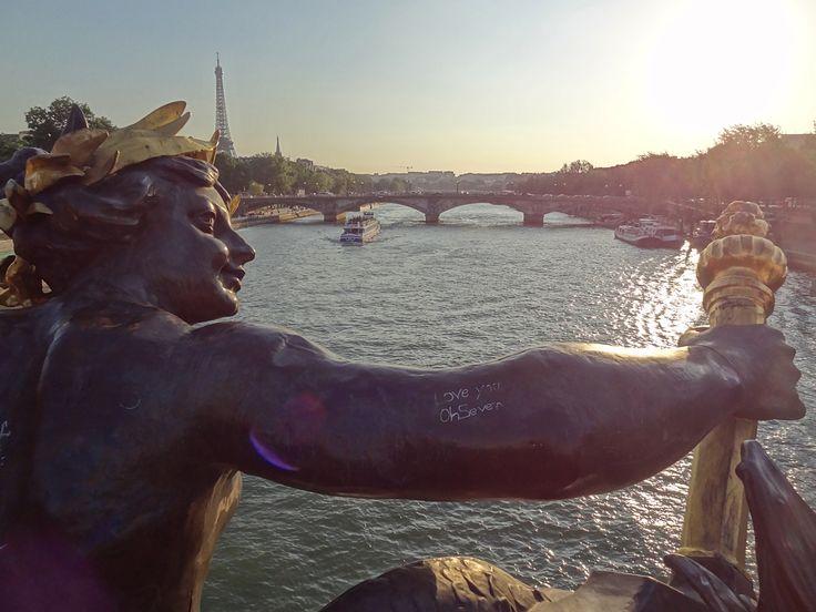 Paris: vreme superba, genti si pantofi care nu-mi ies din cap, Cola frantuzeasca, nunti chinezesti, lacatele dragostei aranjate pe pod. M-am intalnit chiar si cu Paulo Coelho la semnafor. Conducea. I-am facut, repede, si lui o poza. http://maracoman.ro/fotografii-din-paris/