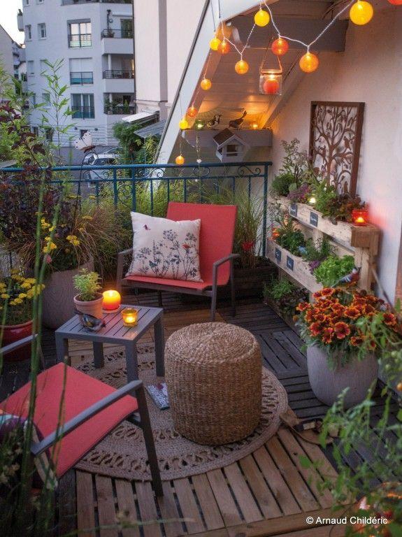 Balcon confortable et bohème avec des coussins rouges et de belles fleurs #balkongmys #balkong …