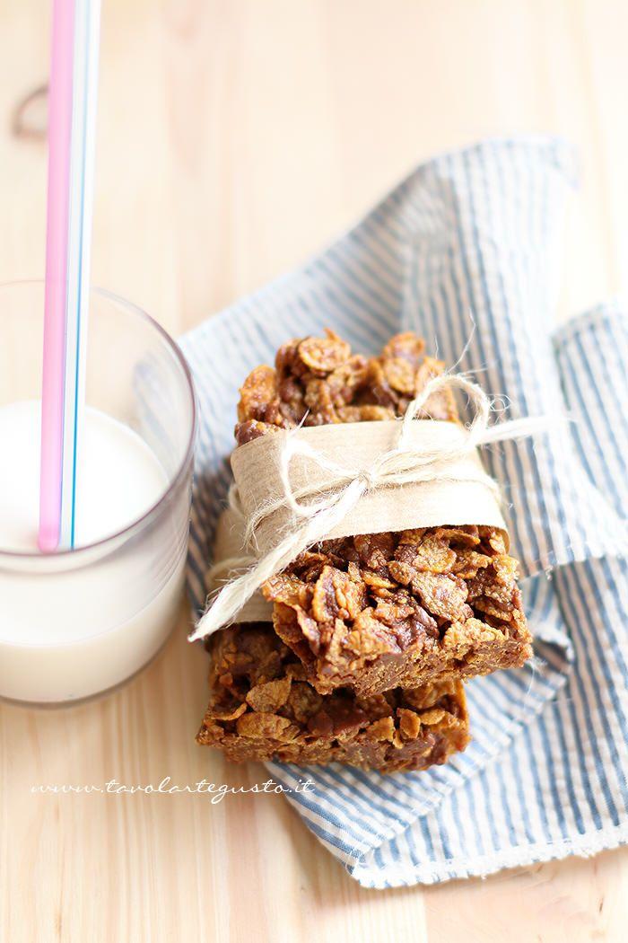 Le Barrette di cioccolato e corn flakes sono dei golosissimidolcetti – snack,velocissimi e molto facili da realizzare,contano solo 4 ingredienti, sono senza cottura e si conservano anche1…