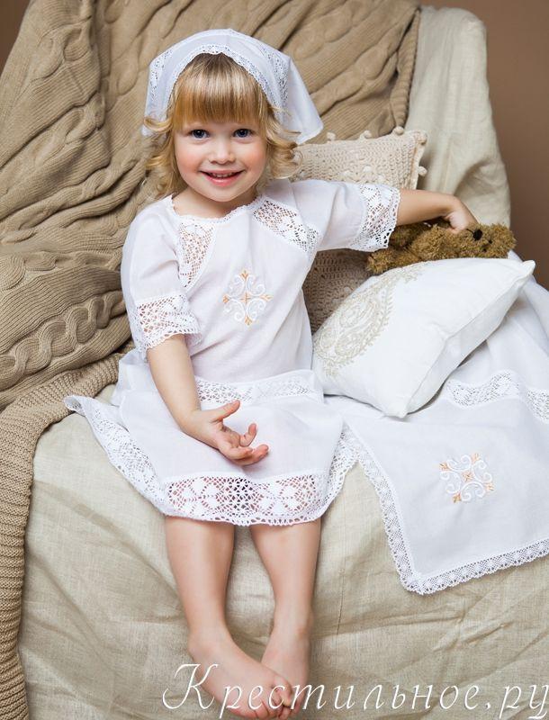 Классическое платье-рубашка для Крещения девочки, надевается через голову, имеет разрез до середины лопаток и завязочки сзади. Кружевные вставки имитируют рукав-реглан и придают особенную ажурность модели.