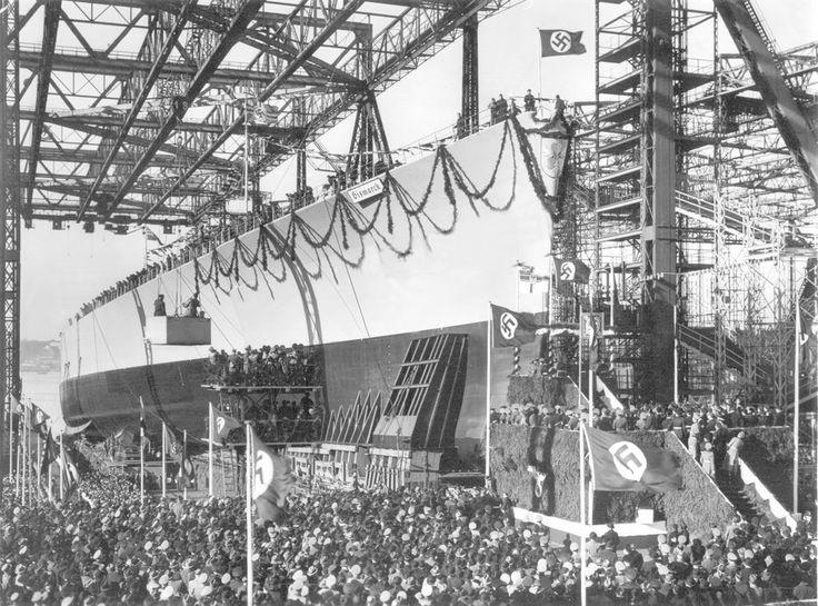 Das Schlachtschiff Bismarck wird in der Werft Blohm und Voss zu Wasser gelassen