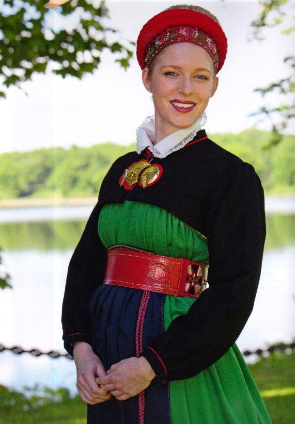 """Swedish folklore   Västra Vingåker   Kvinnan bär en svart sk bindtröja    (""""Skandianvian Folklore"""", Laila Durán, 2011)"""