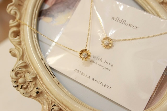 Wildflower necklace, beautiful packaging and pretty delicate gold plated flower.