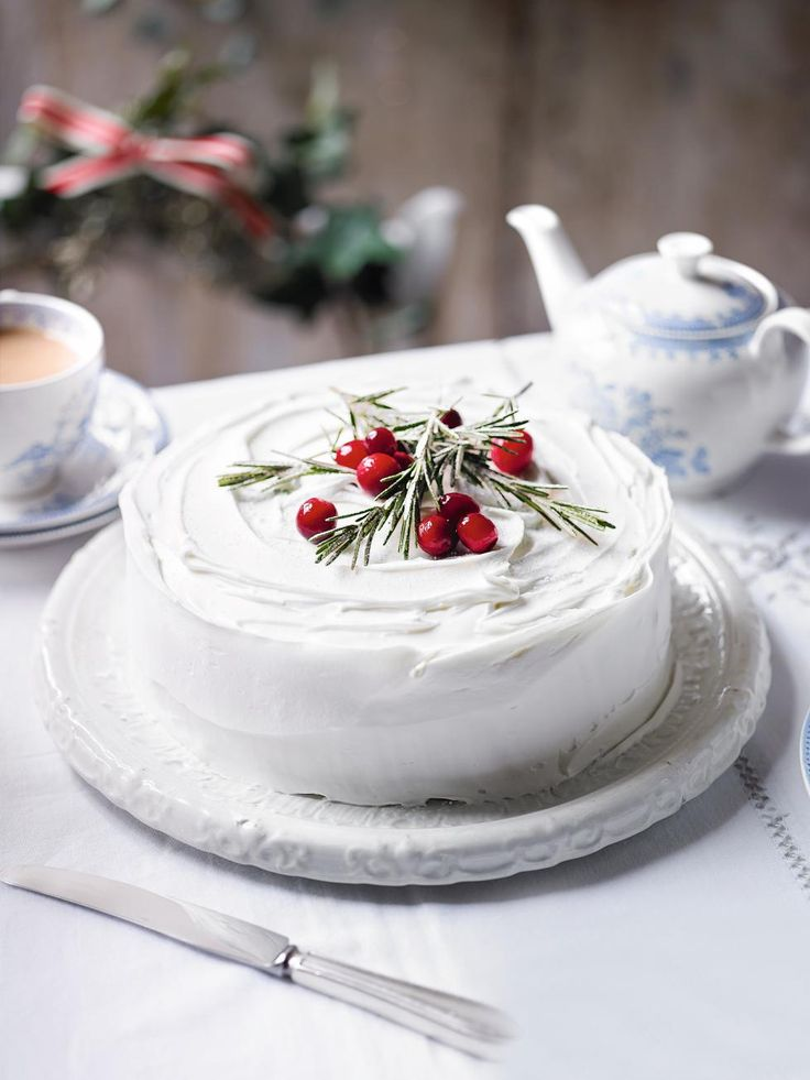 Simple Christmas cake decoration. Beautiful.