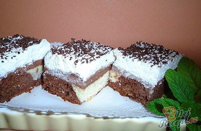 Lahodné kostky s černo bílým těstem. Čokoládový krém, na vrchu lahodná šlehačka a ještě nastrouhaná čokoláda.