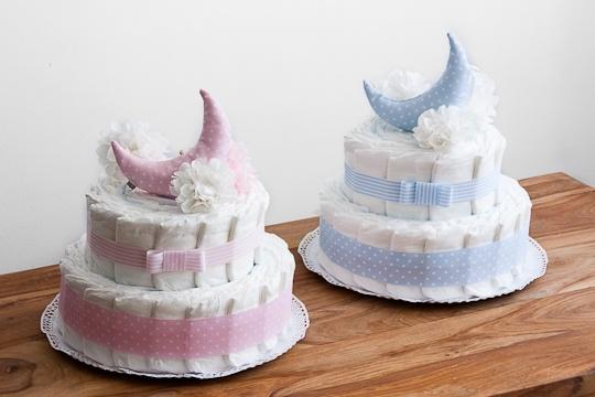 Tarta de pañales sencilla y elegante. Ideal para mellizos o gemelos. Un regalo original para llevar al hospital. Entra en www.nuevelunasyunsolete.com
