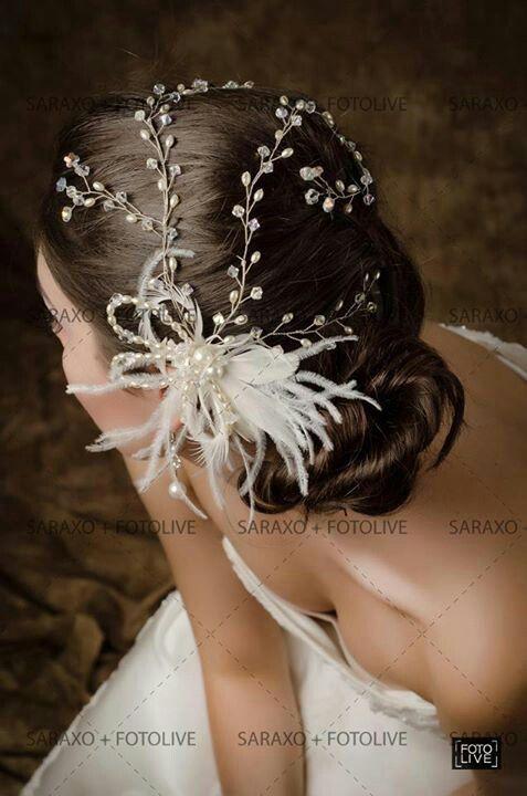 Tocado de media flor con plumas y tiras largas de cristal.con perlas