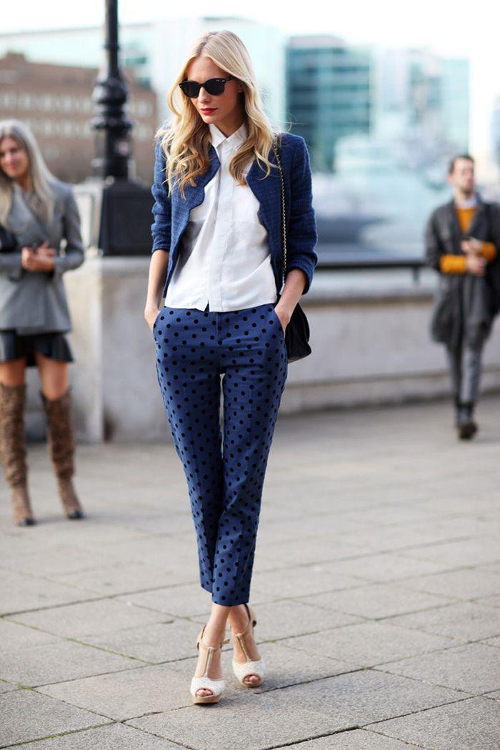 474a8f21f4f64 vision chic avec costume femme dépareillé composé de pantalon imprimé de  coupe cigarette et un blazer court de la même couleur bleu marine