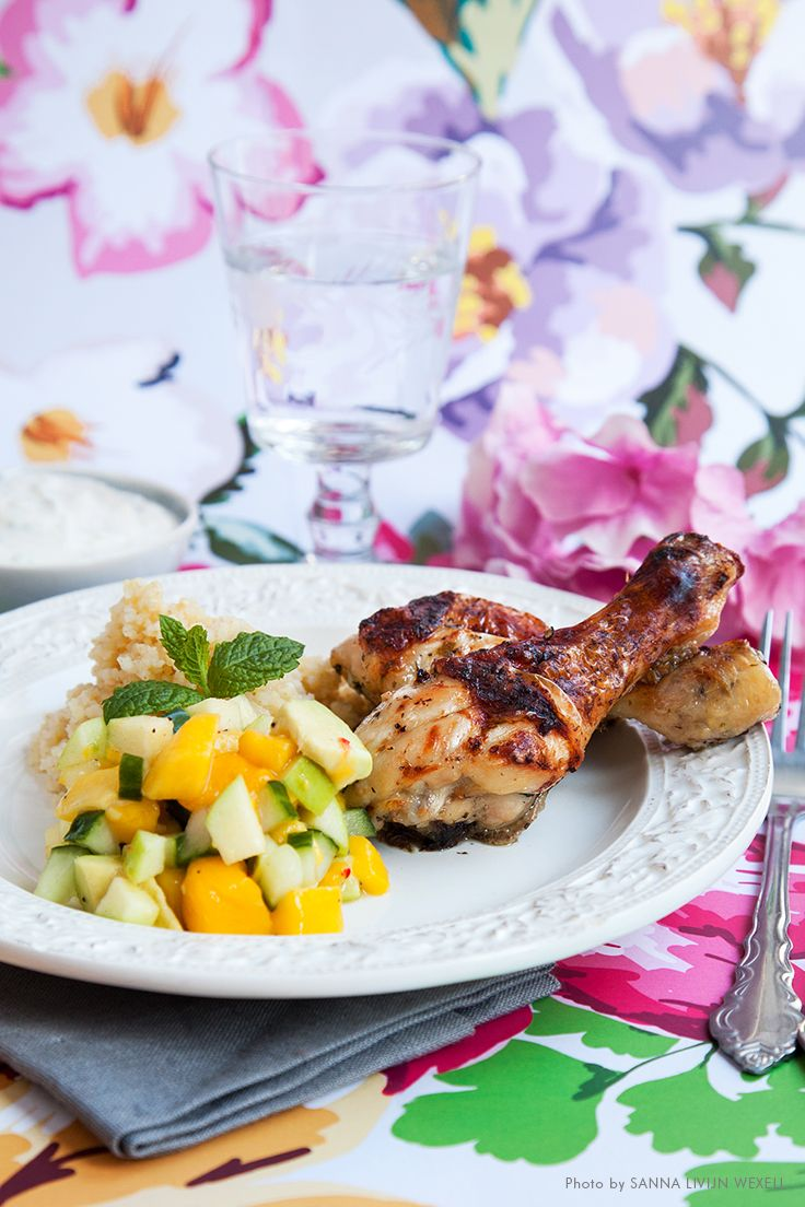 Mintmarinated chicken with mango salsa and lime yoghurt. Mari Bergman, Photo & Styling: Sanna Livijn Wexell.