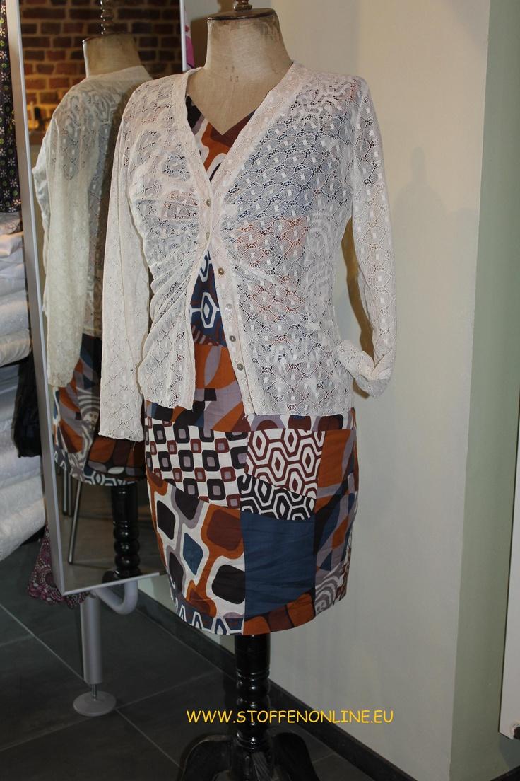 DIY katoenen zomer jurk, stof uit de A la Ville collectie van BIttoun  met vestje van room witte kant, stof uit de collectie van Hilco stoffe. www.stoffenonline.eu