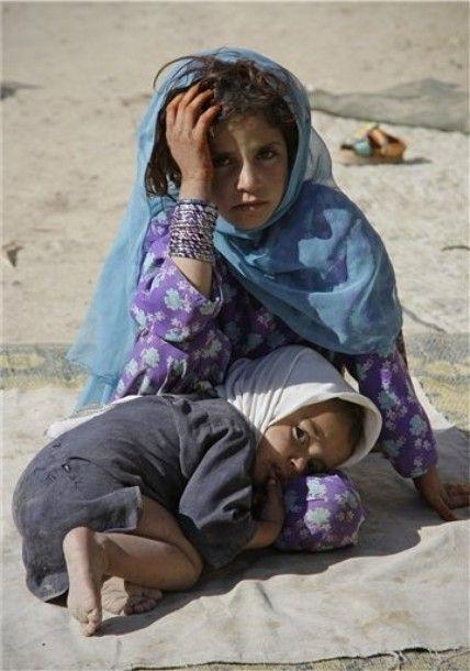 Los niños son siempre las luces brillantes de la tierra .... pero cuando están a merced de los adultos en conflicto su luz está llena de miedo ... Los refugiados afganos