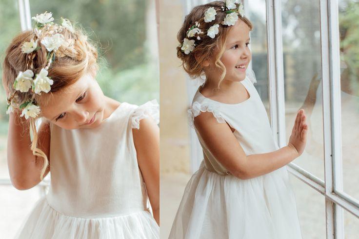 Robe de demoiselle d'honneur pour cérémonie et cortège. La robe Aurore plaira aux petites demoiselles d'honneur par sa forme de robe de princesse grâce à sa forme tutu. La robe de cérémonie est faite en satin de coton et tulle, doublée de voile de coton avec des petites manches en tulle délicates. Elle peut accessoiriser d'une couronne de fleurs et des ballerines dorées, pour être la plus belle durant la cérémonie.